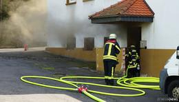 Schwarzer Rauch tritt aus Kellerwohnung - Ursache noch unklar