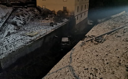 Auto überschlägt sich hinab in Bachgraben: Ursache Schneeglätte