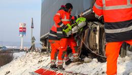 Lkw walzt 100 Meter Leitplanke nieder - 75.000 Euro Sachschaden