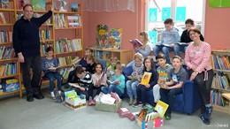 Neuer Lesestoff: Förderverein spendet für Schulbücherei