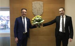 Wahlparty im Jogginganzug: Bürgermeister Alexander Wirth im Amt bestätigt