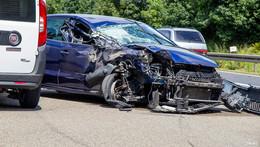 Unfall auf der A7: VW Polo aus ungeklärter Ursache gegen Lkw gekracht