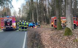 Schwerer Unfall auf der K62: 41-Jährige prallt gegen Baum