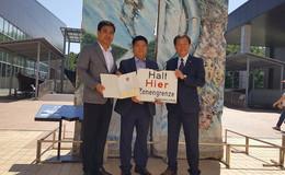 Landrat Koch übergibt ehemaliges Grenzschild an südkoreanische Delegation
