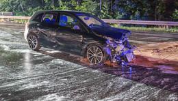 Sekundenschlaf: Mercedes kracht gegen Leitplanke