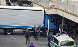 Endstation Bahnhof: Lastwagen bleibt an Mauer hängen