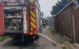 Feuerwehreinsatz in der Lumdastraße: Baum neben Wohnhaus in Brand geraten