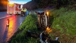Unfall auf A 7: Auto kommt von regennasser Fahrbahn ab und überschlägt sich