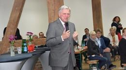 Spitzenkandidat Sven Simon und Volker Bouffier in der Herrenscheune