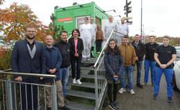 Schilder-Werkstatt startet Betrieb: Grüner Container offiziell übergeben