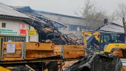 Nach Lagerhallenbrand: Feuerwehr löscht Glutnester - kräftezehrender Einsatz