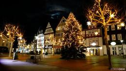 Vorfreude auf Weihnachten, festlich geschmückte Häuser, Plätze und Vorgärten