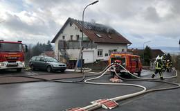 Großeinsatz der Feuerwehren in Alsberg: Haus steht in Vollbrand
