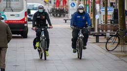 Polizei kontrolliert Radfahrer auf dem Uniplatz: Es geht um Ihre Sicherheit!