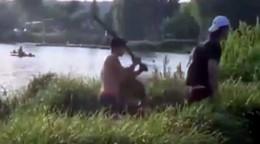 Brutaler Angriff am Baggersee: Männer schlagen auf Wehrlosen mit Pfosten ein