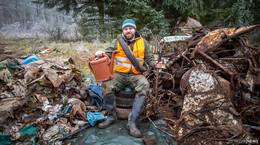 Der vergessene Autofriedhof soll weg: Müllhalde mitten im Wald