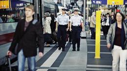 Schwarzfahrer attackiert Intercity-Zugbegleiterin am Hals