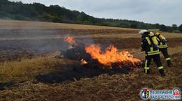 Strohballen brennen auf Feld - Einsatzkräfte schnell vor Ort