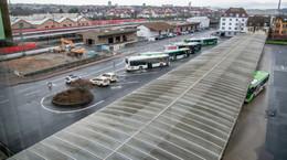 Alte Hallen am Bahnhofsareal weichen: Zunächst mehr Park- und Haltebereiche