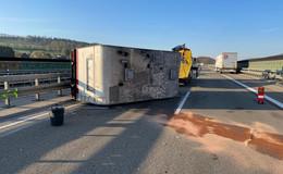 Unfall auf der A7: Anhänger mit Wohnmobilaufsatz umgekippt