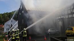 Feuerwehrgroßeinsatz: Scheune und Wohnhaus brennen in Goßmannsrode