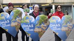 Omas for Future verteilen Klimapäckchen am Bahnhofsvorplatz