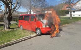 Feuer im Motorbereich eines Pkw ausgebrochen: Keine Verletzten