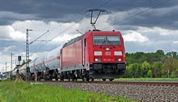 Gefährlicher Eingriff in Bahnverkehr: Pkw bremst Güterzug aus