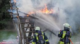 Feuerwehreinsatz in Hattenhof: Hochsitz brennt