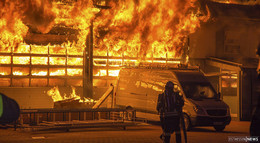 Flammen-Inferno: 130 Feuerwehrleute im Großeinsatz - Millionenschaden