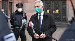 Ohne Maske wird es teuer: OB Feldmann auf Streife durch die Mainmetropole