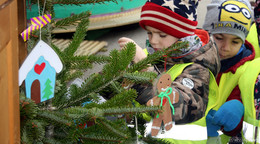 Basteln für den Weihnachtsmarkt: Kindergartenkinder schmücken Christbäume