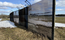 Ex-DDR-Grenzsperranlage als Schutzzaun am Volkerser Sportplatz aufgebaut