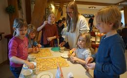 Wie in der Weihnachtsbäckerei: 27 Kinder backten mit viel Eifer