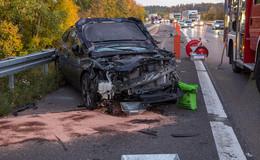 23-jähriger Fahrer verliert Kontrolle über Pkw auf A7: Gegen Leitplanke und Lkw
