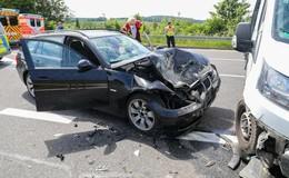 Auf der B458: Crash zwischen Pkw und Kleintransporter im Kreuzungsbereich
