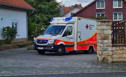 Mann verletzt sich mit Kettensäge: Mit dem Rettungswagen ins Krankenhaus