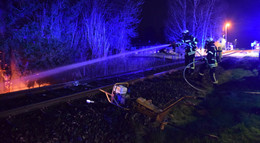 Brennende Fichten an Bahnstrecke: Auslöser war Funkenflug bei Gleisarbeiten