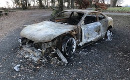 Ausgebranntes Auto schmückt Türmchen: Das sagen Polizei und Ordnungsamt