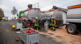 Bei Tankvorgang: Lkw verliert mehrere hundert Liter Heizöl