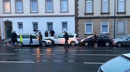 Passantin leicht verletzt: Fahrzeug rauscht in geparkte Autos