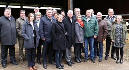 CDU-Vorstand auf ungewohntem landwirtschaftlichen Terrain in Niedergude