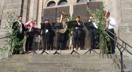 Mut und Musik an Pfingsten: Zweimal Musik auf der Kirchentreppe