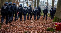 Polizei baut Zelt von Ausbaugegnern auf Trasse der A49 ab