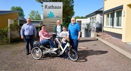 Silvia Sommerhoff-Ommert freut sich über ihr neues Erwachsenen-Dreirad