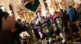 Gottesdienst trifft auf Karneval: Hoch Oben zwischen bunten Luftballons