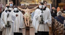Unter Corona-Auflagen: Karfreitagsliturgie im Dom mit 120 Gläubigen