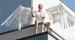 Engel über der Stadt: Geflügelte Wesen auf Dächern verzaubern Publikum