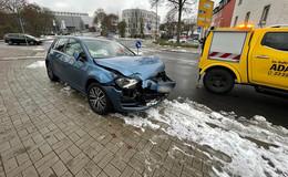 Unfall im Kreisverkehr zwischen einem Bus und einem PKW