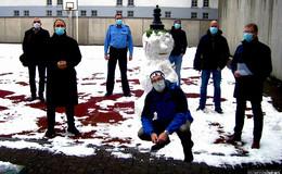 Schneemann Elvis vor hohen Gefängnismauern  - Corona Kunstwerk der Freiheit